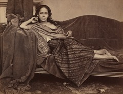 KITLV 408017 - Isidore van Kinsbergen - Indo-European woman in Java - Around 1870.tif