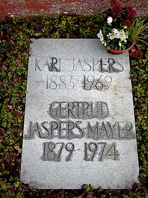Karl Jaspers (1883–1969) Psychiater, Philosoph, Professor, Geschichtsphilosophie, Religionsphilosophie, Ehrendoktortitel der Universitäten Lausanne, Heidelberg, Paris, Genf und Basel. Grab auf dem Friedhof Hörnli, Riehen, Basel-Stadt