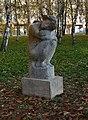 Kobylisy, Chabařovická, socha Schoulená.jpg