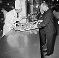 Koks en obers aan het werk in de keuken van restaurant Wivex, Bestanddeelnr 252-9144.jpg