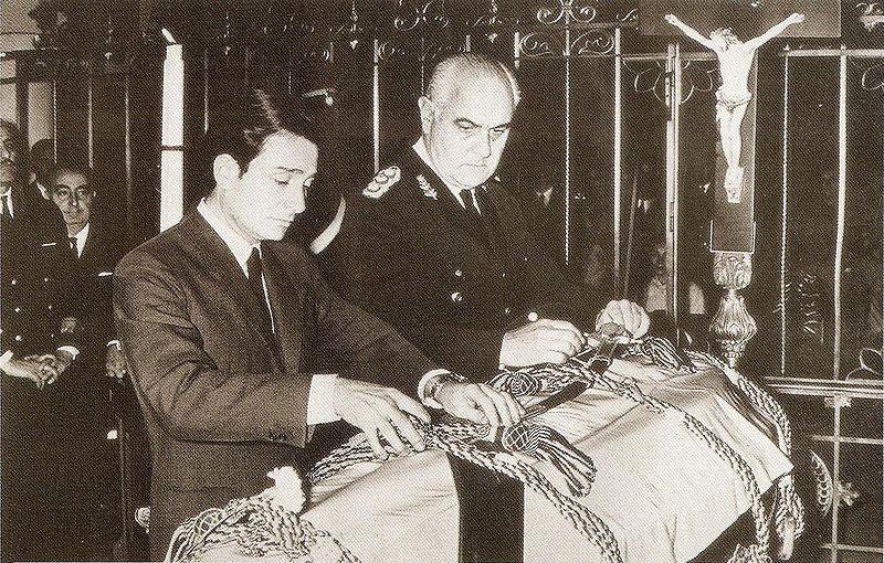 Archivo:Lanusse y el ataúd de Aramburu.jpg