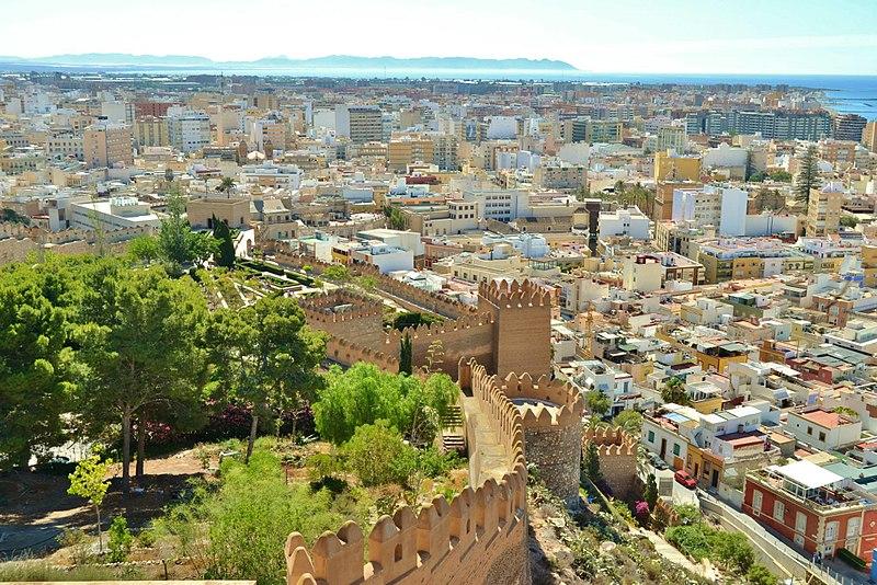 File:Las murallas de Alcazaba.jpg