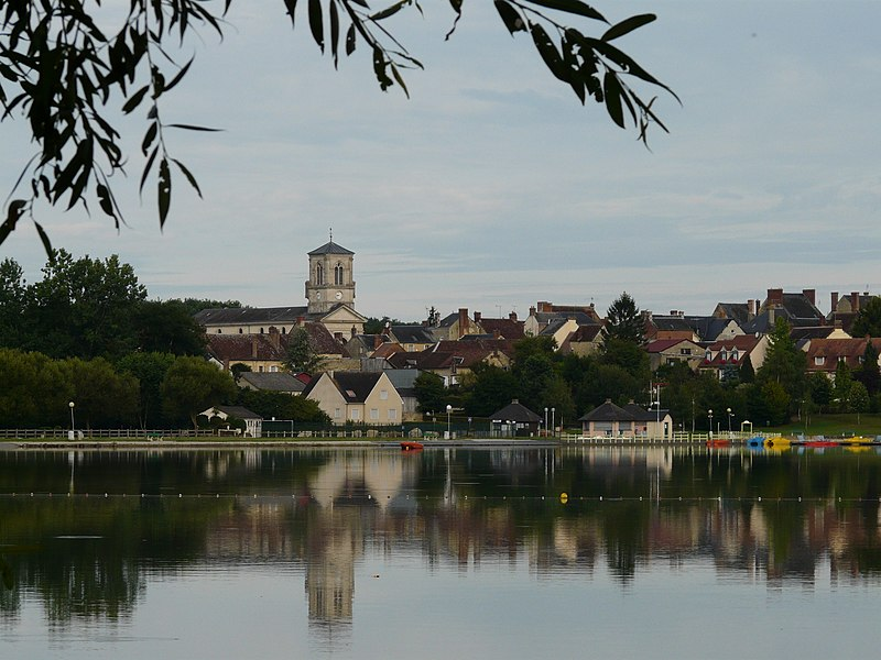 "General view of the town taken from the lake ""étang de bois-roger"""