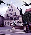 Lindau-14-Haus mit spitzem Giebel-Brunnen-1985-gje.jpg