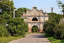 Liubeshiv Volynska-entrance arch of the manor-view from street-1.jpg