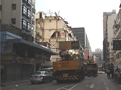 A building collapsed on January 29. The photo shows that follow-up measures were still in progress at 3:30pm on January 31, two days after the accident. Structures of buildings near the affected area were strengthened.)