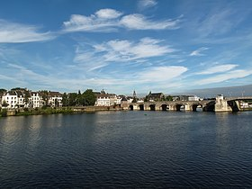 View of Maastricht city centre with its partly medieval bridge on the موز (رود)