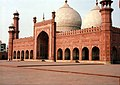 Main chamber of Badshahi Mosque 2006.jpg