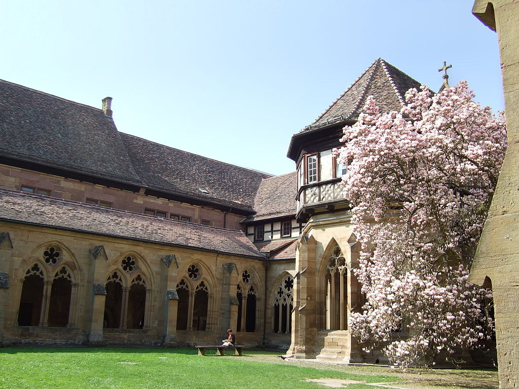 Kreuzgang und Brunnenhaus im Kloster Maulbronn (UNESCO-Welterbe in Baden-Württemberg)