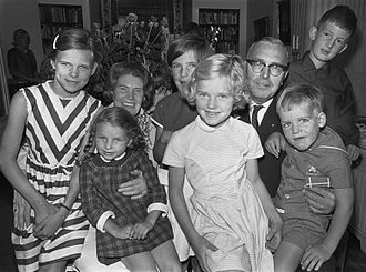 Max Euwe - Euwe and wife are celebrating the 40th anniversary of their marriage on 3 August 1966, surrounded by their grandchildren