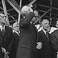 Minister Bogaers als heibaas te Delft bij de bouw van project Voorhof II Oost , Bestanddeelnr 915-6044.jpg