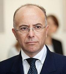 Ministru prezidents Valdis Dombrovskis tiekas ar Francijas Eiropas lietu ministru Bernāru Kazenēvu (Bernard Cazeneuve) (7985359635) (cropped).jpg