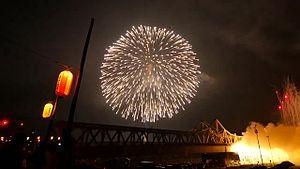ファイル:Nagaoka Festival Fireworks 2015 36 inches shell Fireworks 3 Barrage.webm