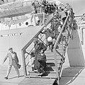 Ontschepen van emigranten (oliem) uit Bulgarije van het transportschip Bulgaria , Bestanddeelnr 255-1142.jpg