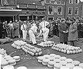 Opening kaasmarkt in Edam, Bestanddeelnr 906-3473.jpg