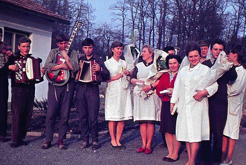 Oslava MDŽ v 60. letech: ženský personál školy a členové estrádního kroužku