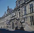 Overzicht van de hoofdingang met dubbele bordestrap in de voorgevel - Leiden - 20382092 - RCE.jpg