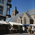 Overzicht van de zuidgevel van het transept en het schip met marktkramen op de voorgrond - Leerdam - 20382043 - RCE.jpg