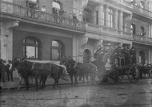 Palace Hotel, Perth - Passengers crowd a stagecoach in front of the Hotel, c.1905.