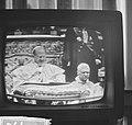 Paus Paulus heeft in de Sint Pieter te Rome het Concillie geopend vanaf televisi, Bestanddeelnr 915-5795.jpg