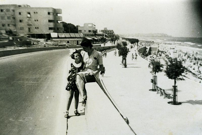 בטיילת על חוף ים תל אביב