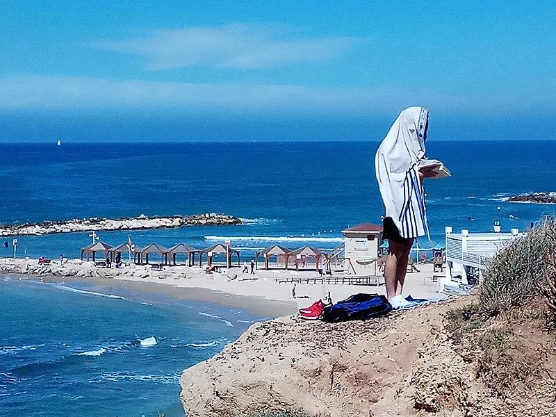 תפילת שחרית בחוף תל אביב