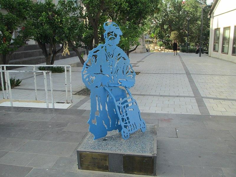 פסל מוישה דודל בראשון לציון