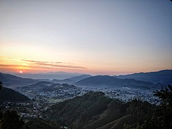 Vista della città di Pithoragarh durante l'alba