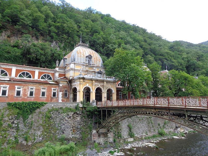 File:Podul de fier forjat si Baile Imperiale Austriece - Baile Herculane.JPG