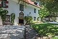 Poertschach Schloss Leonstain Schlosshof mit West-Trakt 27082015 7095.jpg