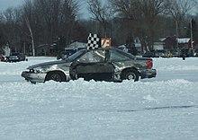 Il vincitore di una gara di automobilismo su ghiaccio esegue un giro d'onore