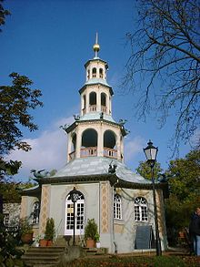 A Casa do Dragão foi construida entre 1770 e 1772 em estilo Chinoiserie na fronteira Norte do Parque de Sanssouci.