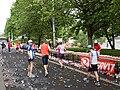 Pražský maraton, Nábřežní, občerstvovací stanice, běžci.jpg