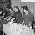 Prinses Irene, koningin Juliana en prinses Margriet schenken de chocolademelk ui, Bestanddeelnr 915-8779.jpg