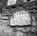 Puče, plošča z glagolskim napisom, vzidana v zidu pred cerkvijo 1950.jpg