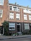 foto van Pand met gevel onder rechte lijst met doristisch drielicht op de tweede verdieping