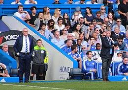Ranieri (a sinistra) sulla panchina del Leicester City nel 2016, accanto al tecnico del Chelsea Guus Hiddink.