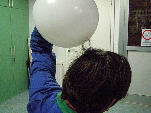 Rezelektrenje balona in človeških las