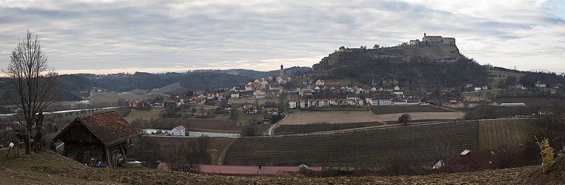 Datei:Riegersburg vom Hofberg (Osten) Panorama.jpg