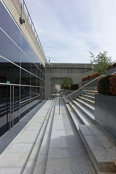 File:Rooftop observatory @ Grande Arche @ La Défense @ Paris (35144346216).jpg