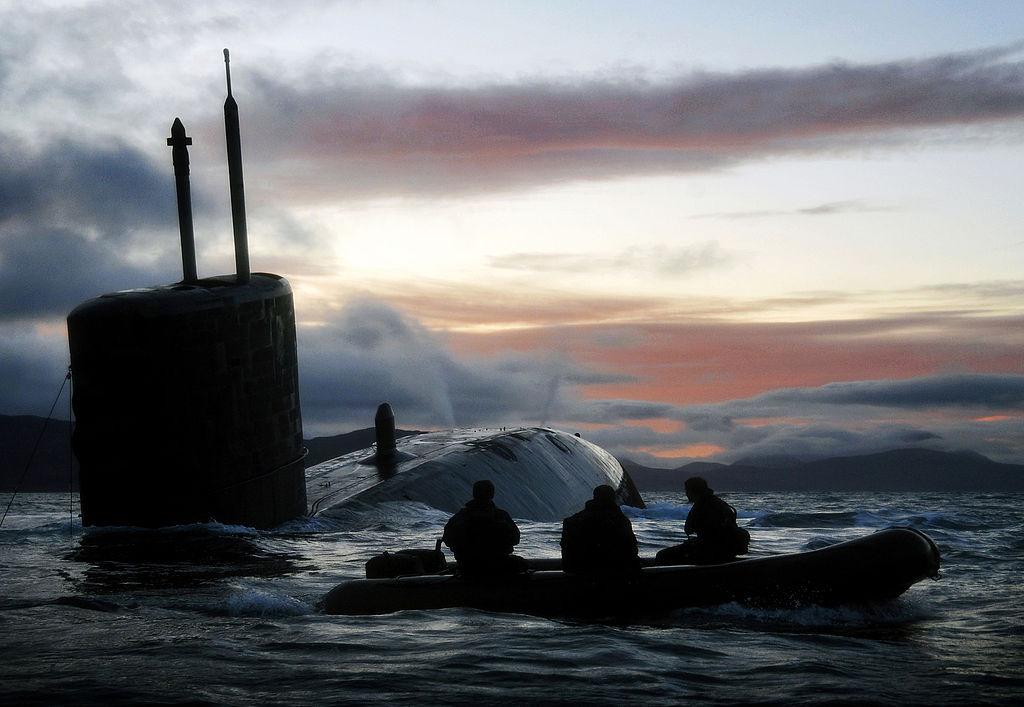La foto diaria - Página 5 1024px-Royal_Navy_Submarine_HMS_Talent_Conducts_Surfacing_Drills_in_Scotland_MOD_45153473