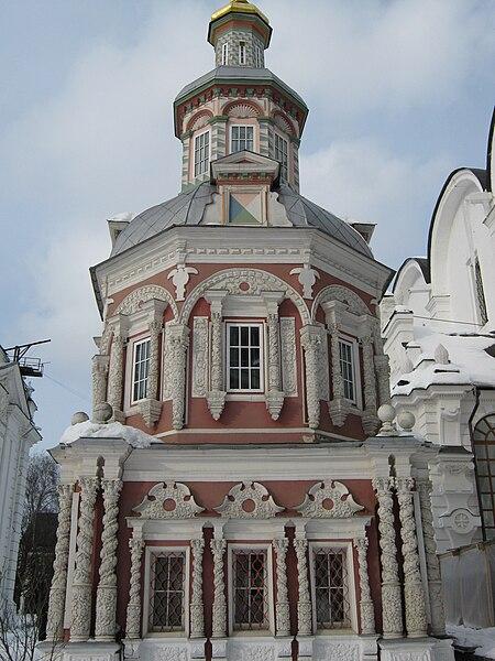 File:Russia-Sergiev Posad-Uspensky well with chapel.jpg