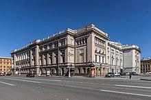 Un edificio de piedra muy grande de tres pisos de altura de estilo de principios del siglo XVIII, con muchas ventanas estrechas