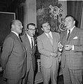 Samen met de acteur JanTeulings en zijn Britse collega Rupert Davies en de Itali, Bestanddeelnr 919-5220.jpg