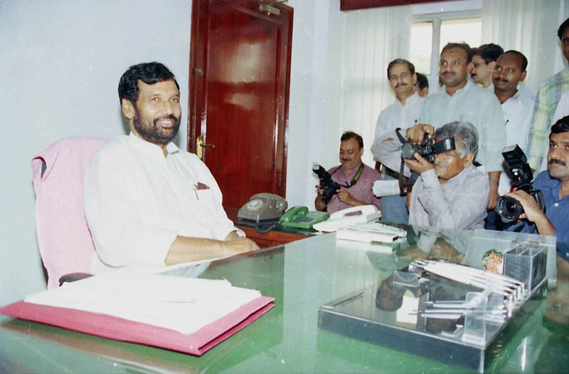 File:Shri Ram Vilas Paswan in his office after taking over the charge as the Union Minister of Chemicals & Fertilizers in New Delhi on May 24, 2004.jpg
