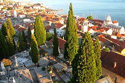 Sibenik, cimetière et cathédrale.jpg