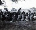 Sittande i ring, Ashluslay; scen från ett gästabud. Se även 71-14. El Gran Chaco. Bolivia - SMVK - 0072.0052.tif