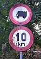 Staré dopravní značky v Braníku.jpg