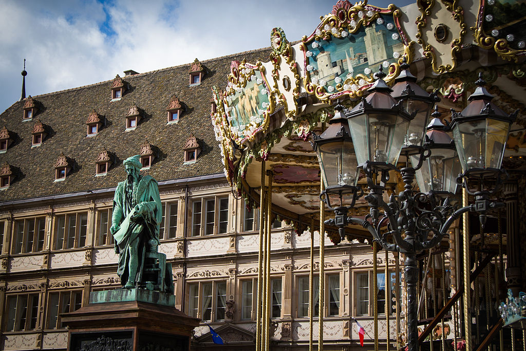 https://upload.wikimedia.org/wikipedia/commons/thumb/7/77/Strasbourg_10_place_Gutenberg_avril_2013.jpg/1024px-Strasbourg_10_place_Gutenberg_avril_2013.jpg