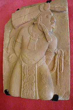 Photographie d'un bas-relief.Un maya les mains attachées dans le dos
